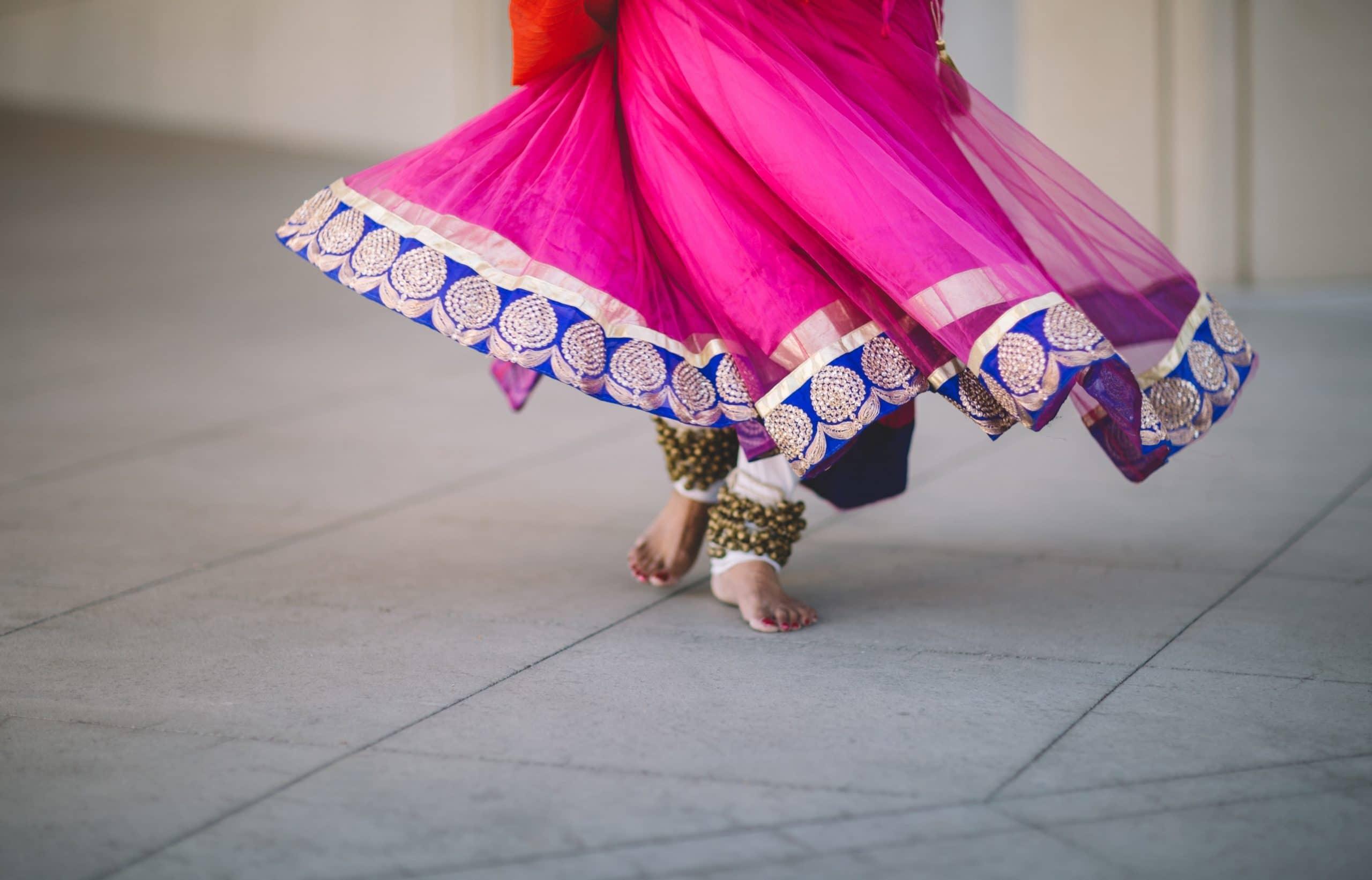 Pés de mulher indiana dançando.