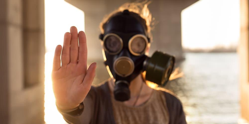 pessoa vestindo máscara para filtrar respiração