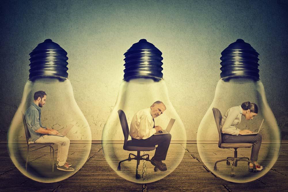 Pessoas limitadas dentro de lâmpadas apagadas.