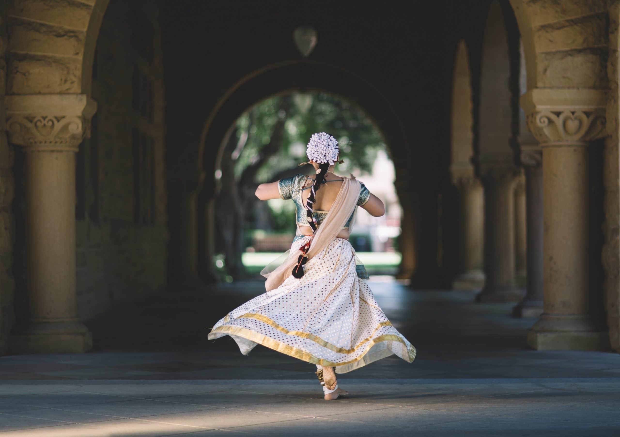 Mulher dançando em túnel