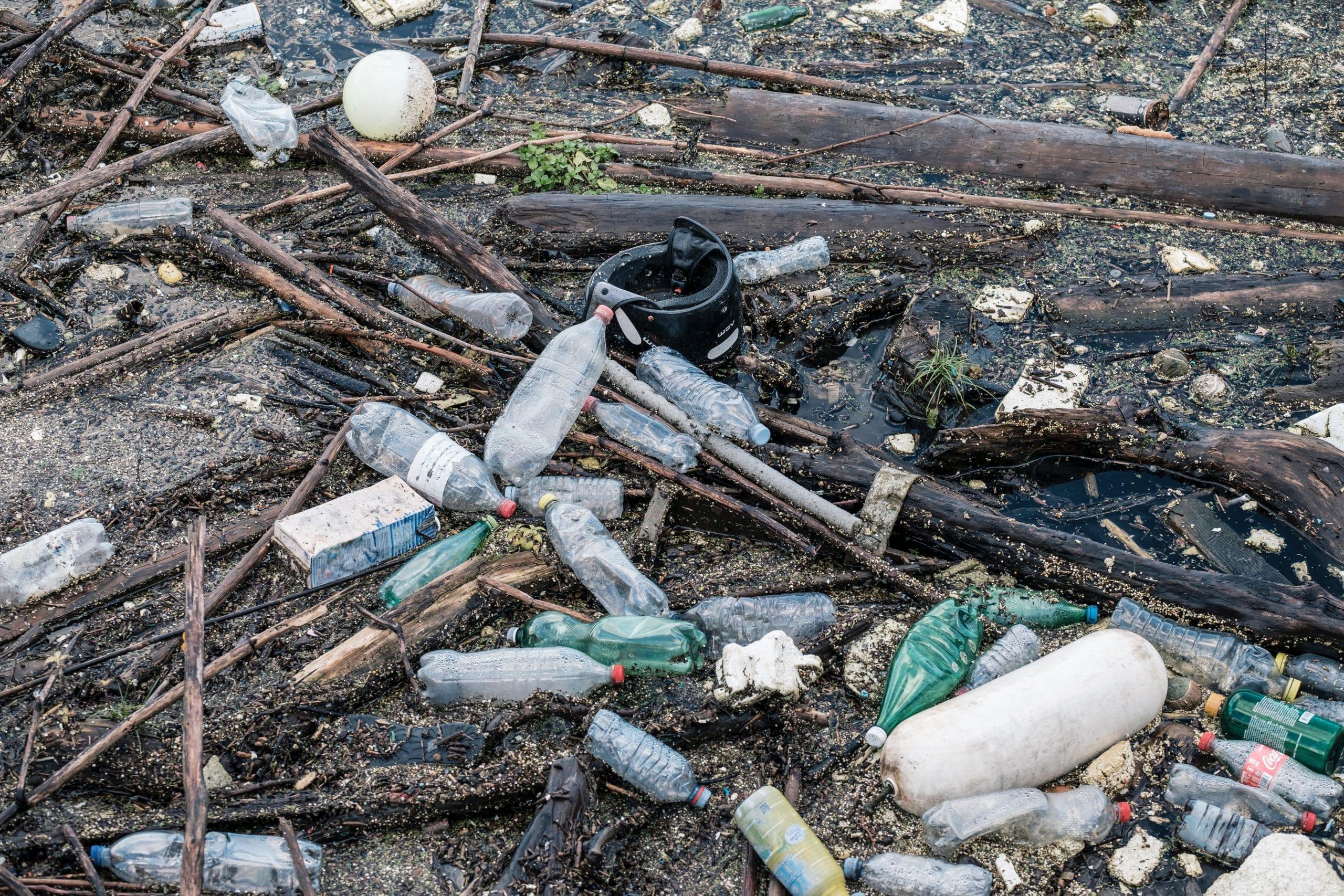 Lixo descartado em lugar errado