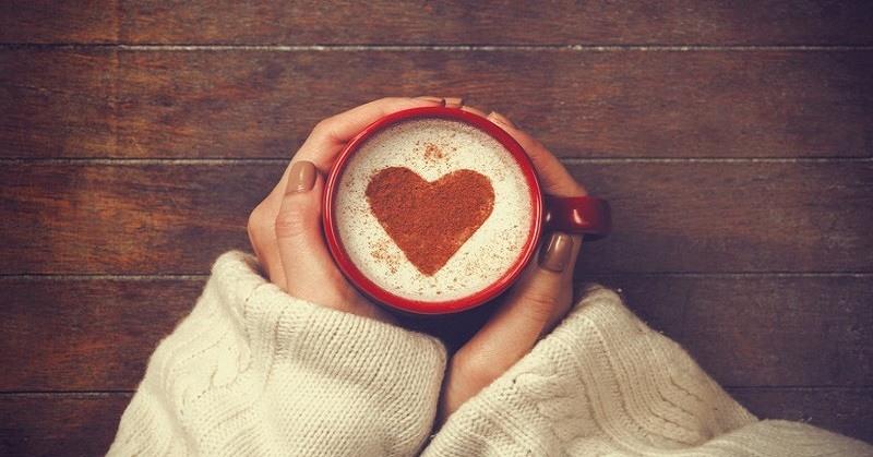 Xícara de café com desenho de coração.