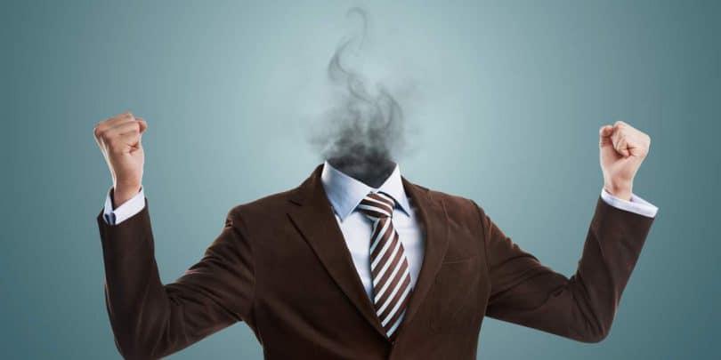 Ilustração de homem vestindo um terno e roupa social, com muita raiva, os dois punhos fechados, só que no lugar da cabeça há somente fumaça.