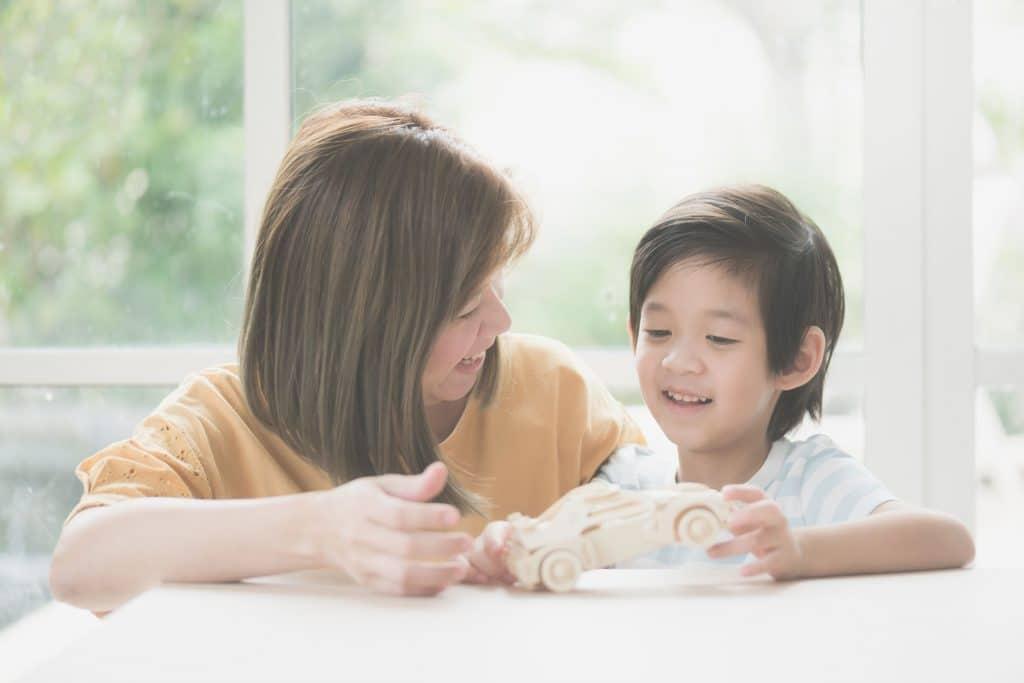 Mãe e filho brincando