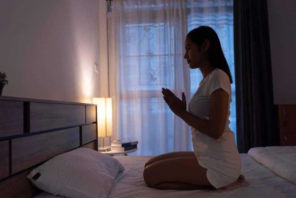 mulher meditando antes de dormir