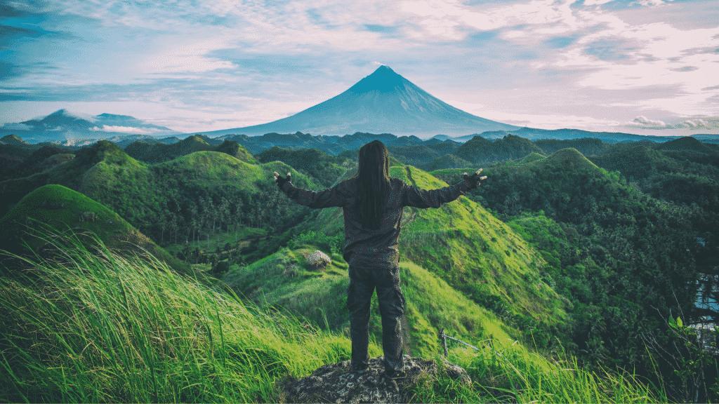 Homem admirando a paisagem na natureza