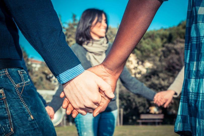 Jovens de mãos dadas em um círculo