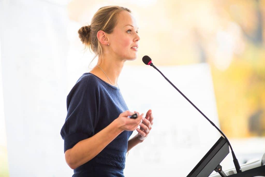 Mulher falando em público