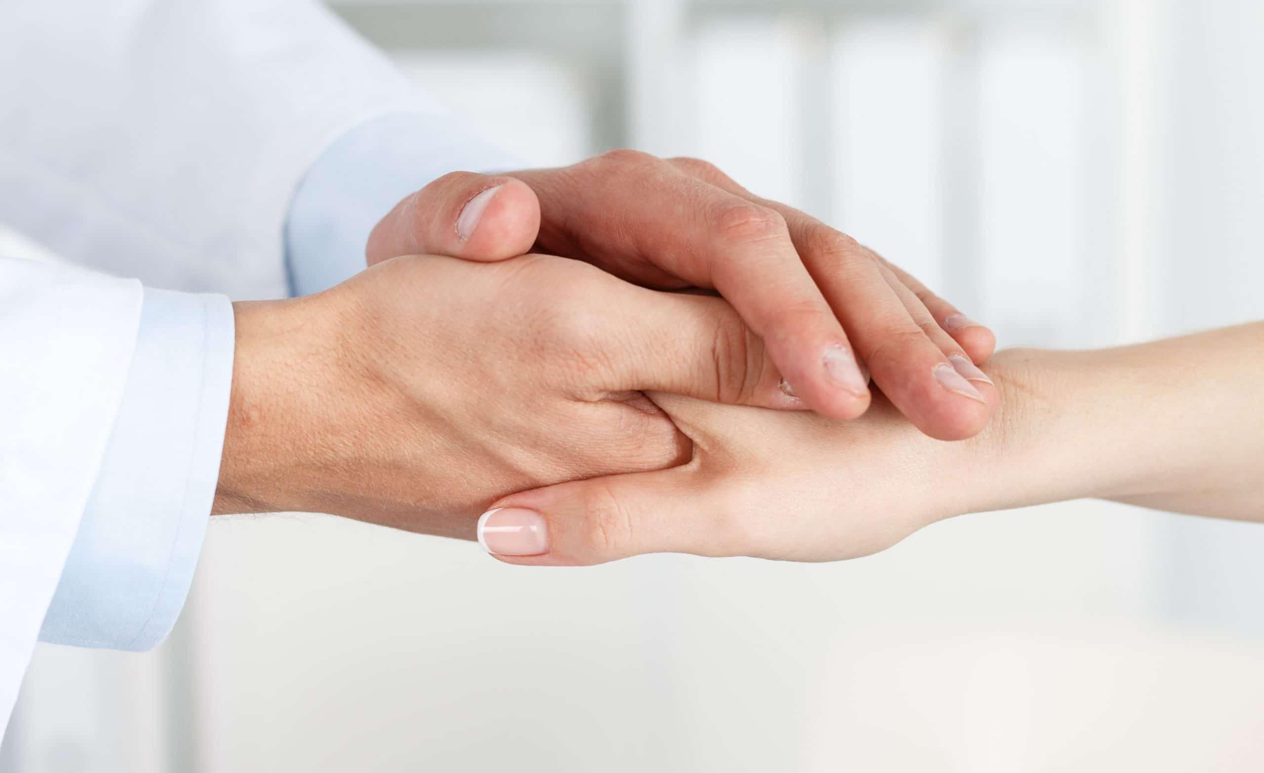 Par de mãos segurando a outra.
