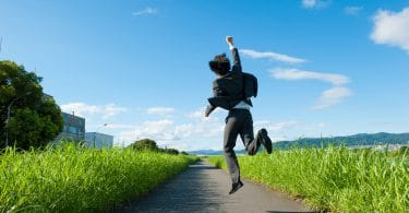 Homem de costas pulando de alegria