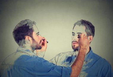 Jovem desenhando seu esboço no em um espelho