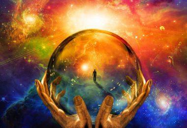 Ilustração gráfica de duas mãos segurando uma bola de cristal, que dentro tem a silhueta de uma pessoa caminhando. Tudo isso em um fundo colorido de azul, laranja, verde e branco.