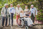 Grupo de idosos com algumas doenças caminhando ao ar livre