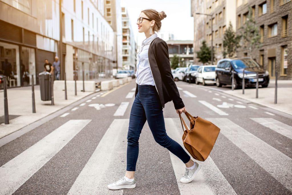 mulher atravessando a rua