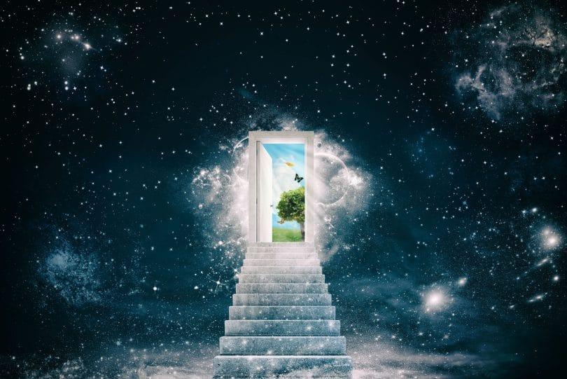 ilustração gráfica de Escadaria branca no meio ao espaço que leva a uma porta que se abre para um novo mundo
