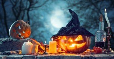 Abobóra de halloween com velas e fundo azul escuro
