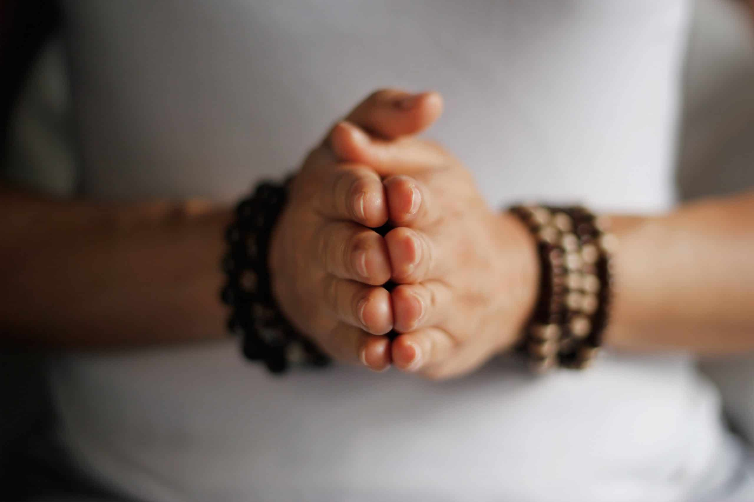Mãos femininas juntas.