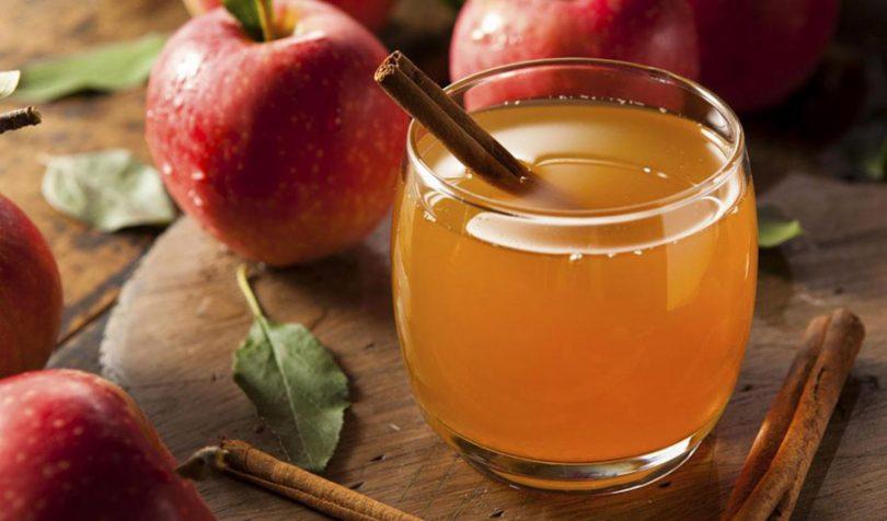 Copo de chá com canela e maçã