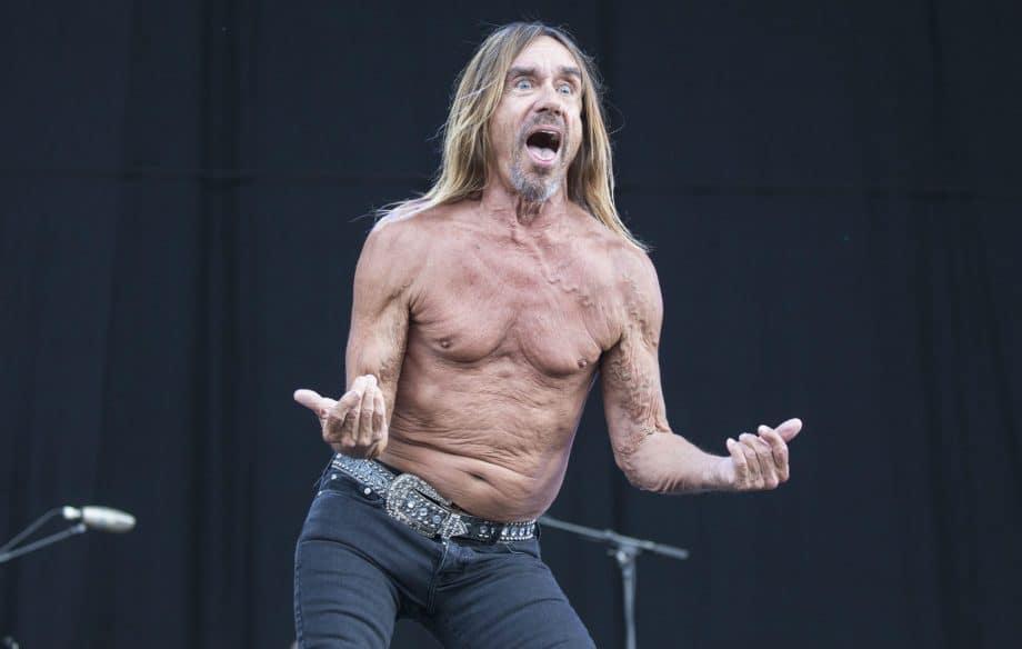Iggy Pop sem camisa em palco