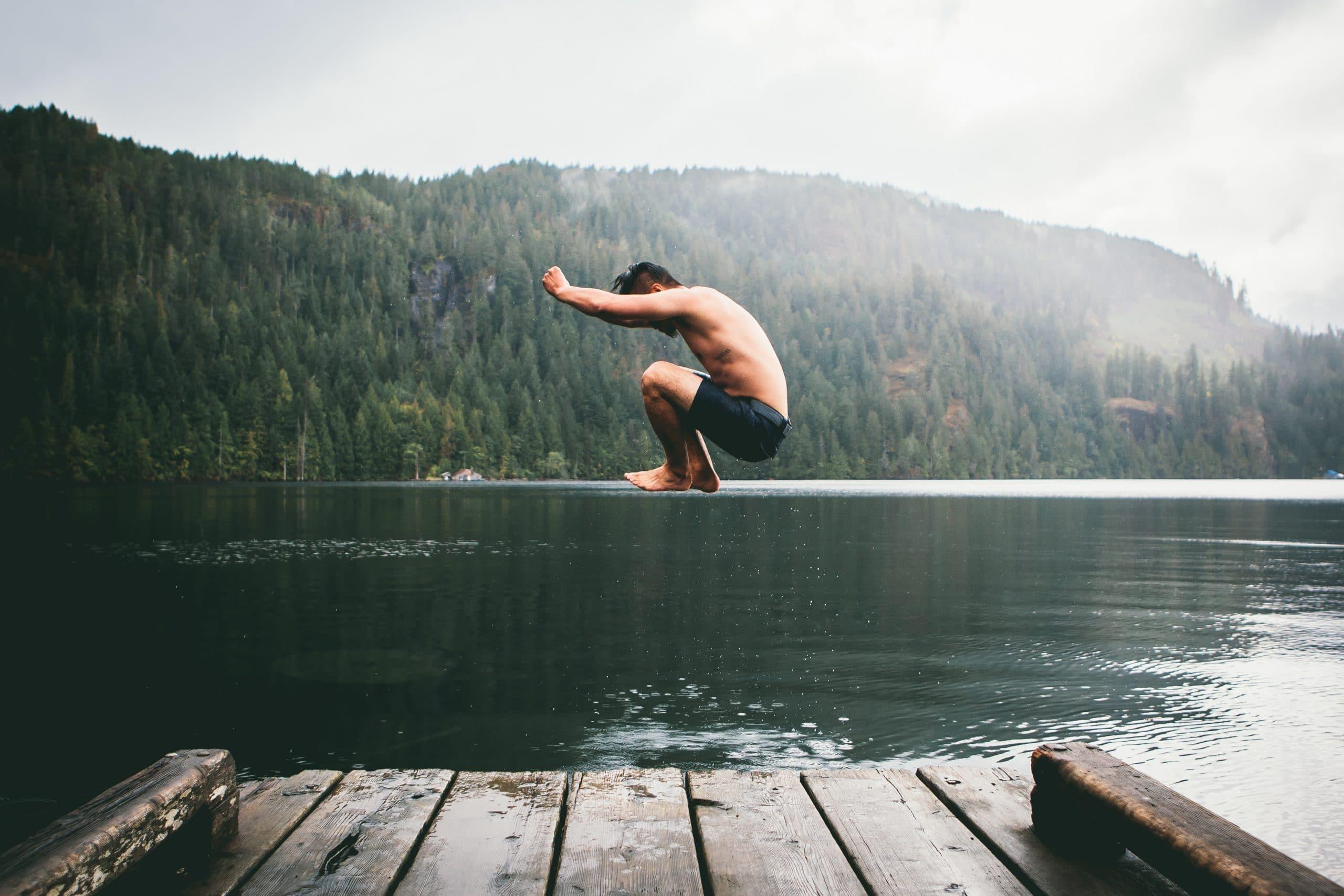 Homem pulando em rio