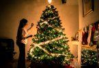 Mulher enfeitando árvore de natal