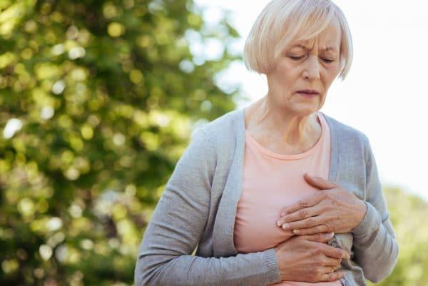Senhora com dor no peito