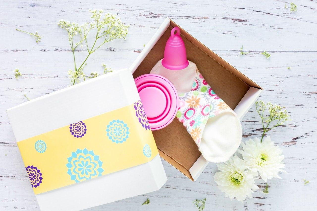 Caixinha com absorvente de pano e coletor menstrual