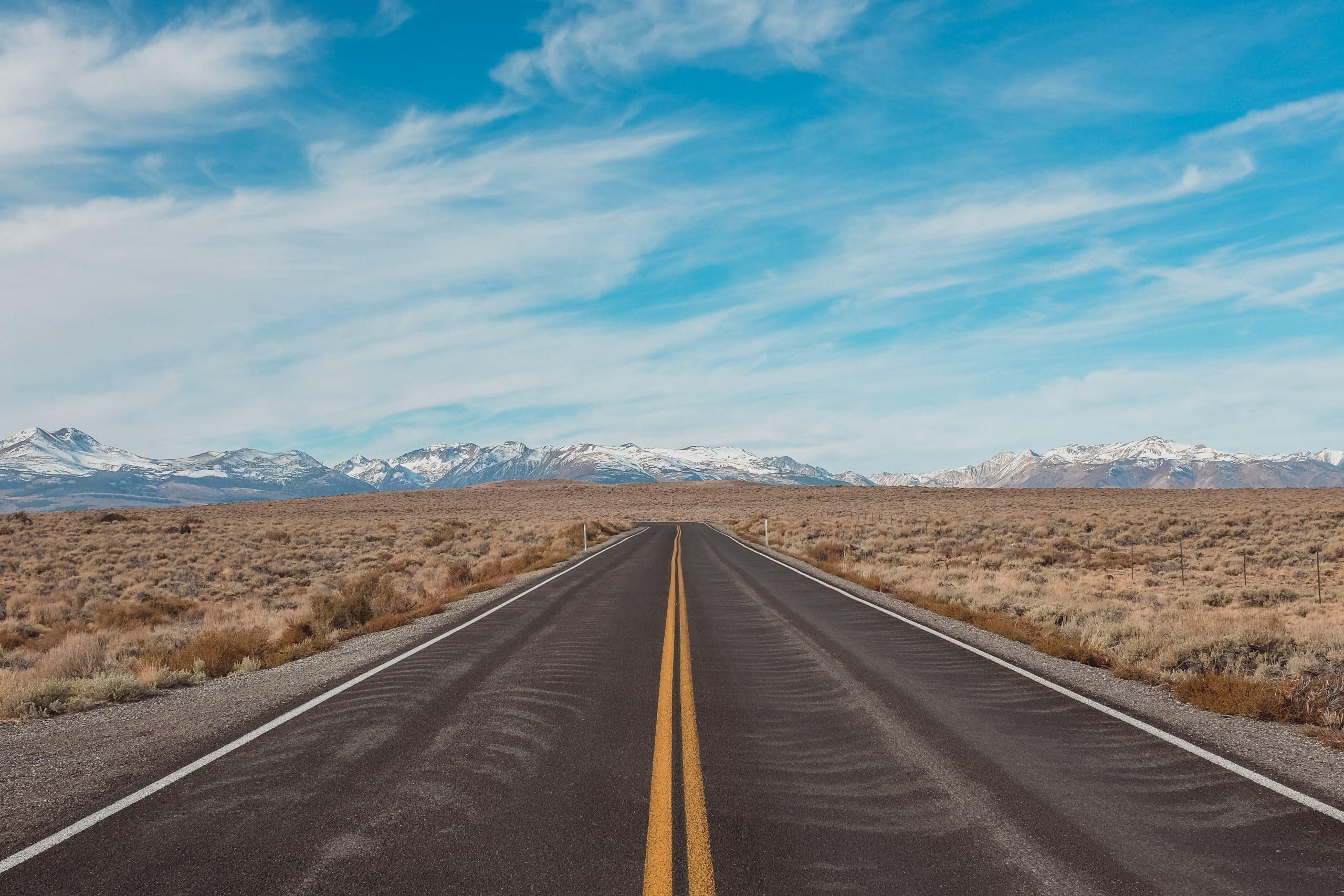 Estrada com mão dupla e céu azul