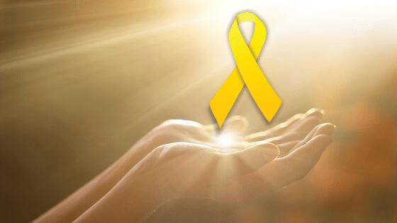 Mãos humanas estendidas para a luz. Em cima, tem o símbolo do Setembro Amarelo.
