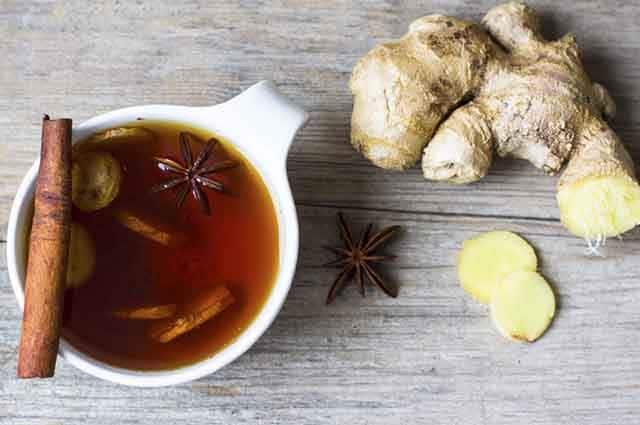 Xícara de chá visto de cima com gengibre e canela