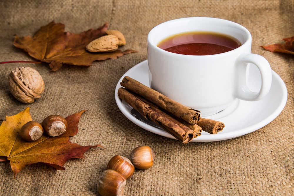 Xícara de chá com canela em pires