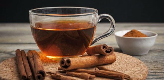 Xícara de chá com canelas em volta