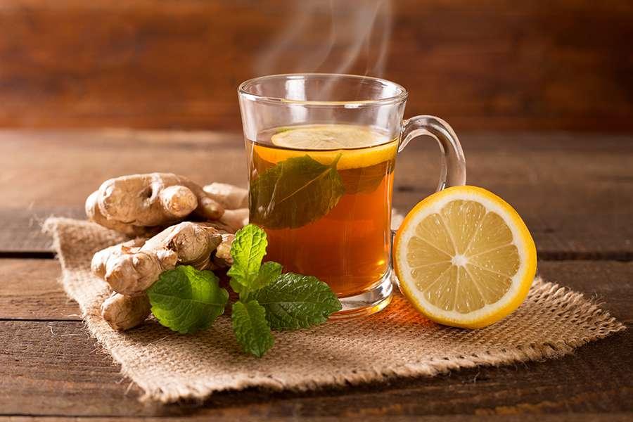Xícara de chá com gengibre e limão