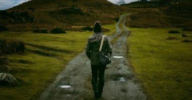 Pessoa de costas com caminho a frente