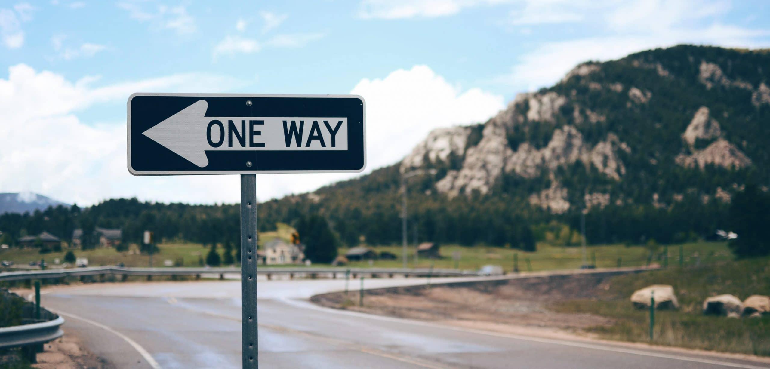 Placa de direção em estrada