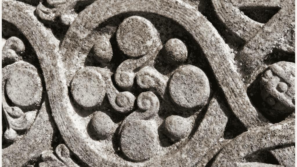 Símbolos célticos em pedra