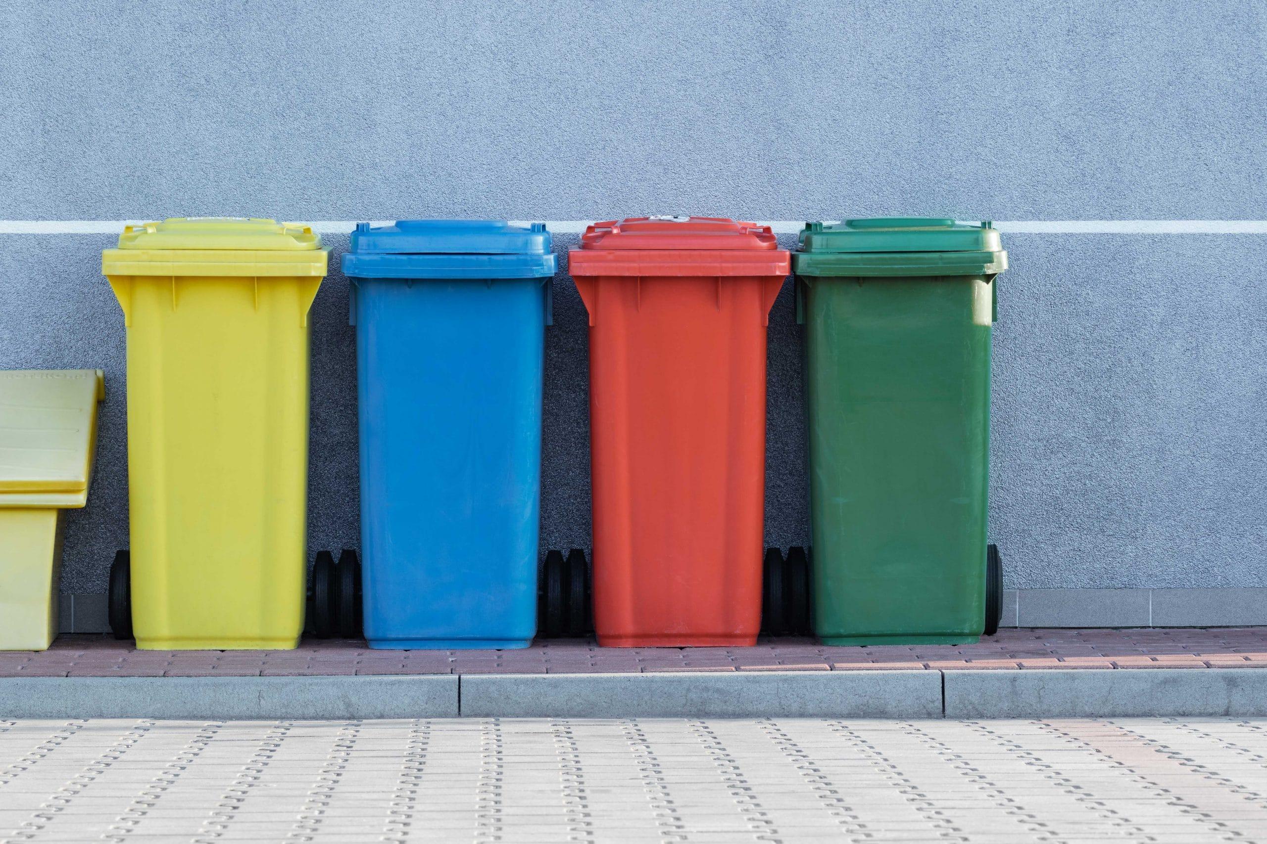 Latas de lixo com as cores da reciclagem cada