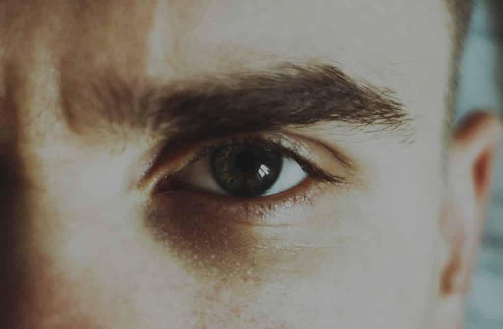 Recorte do olho de um homem.