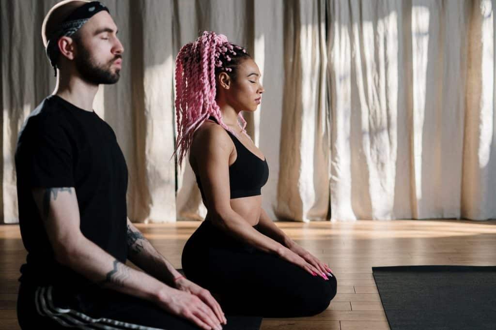 Duas pessoas meditando.