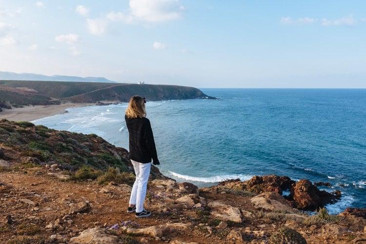 Mulher procurando por algo no horizonte