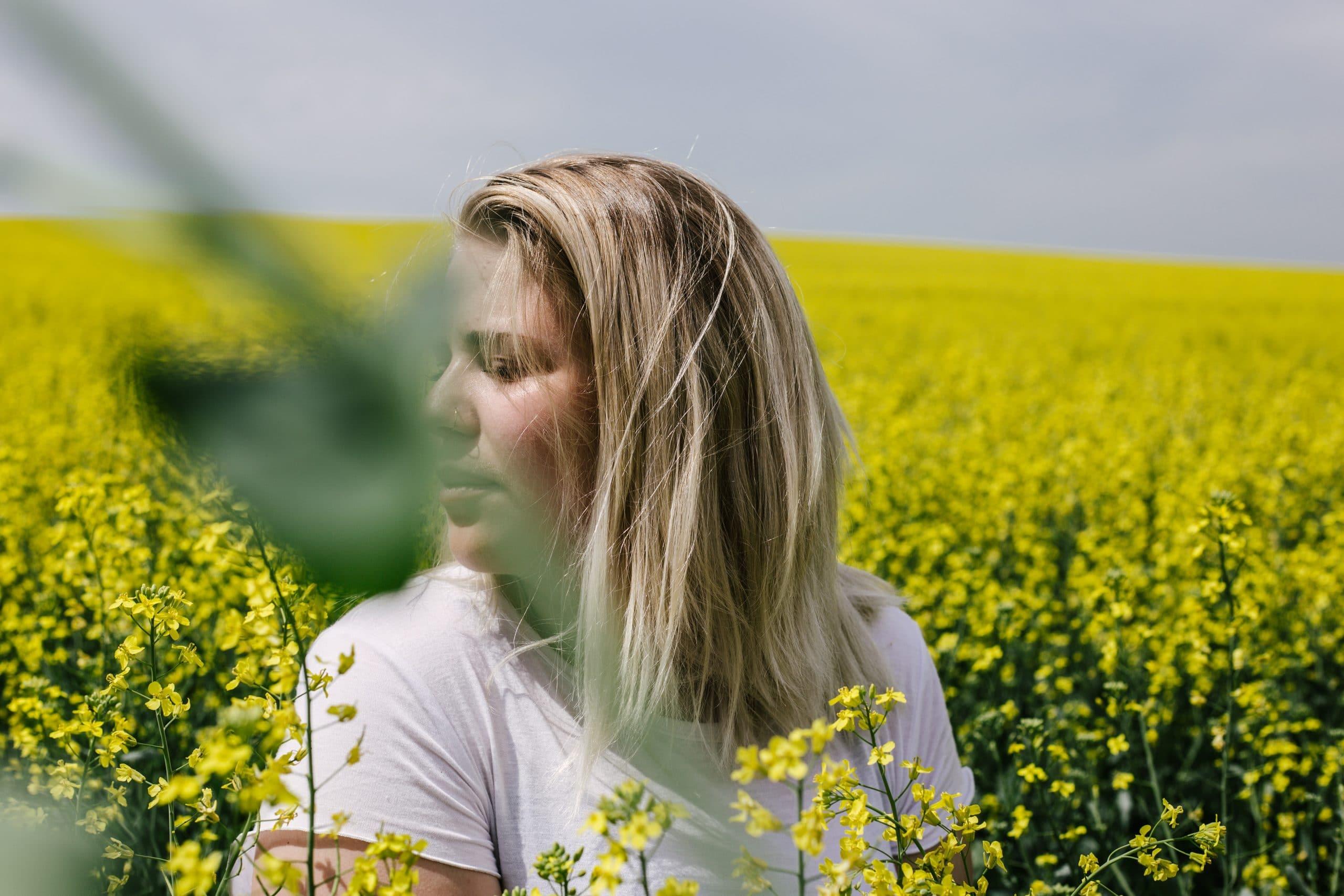 Mulher entre flores amarelas