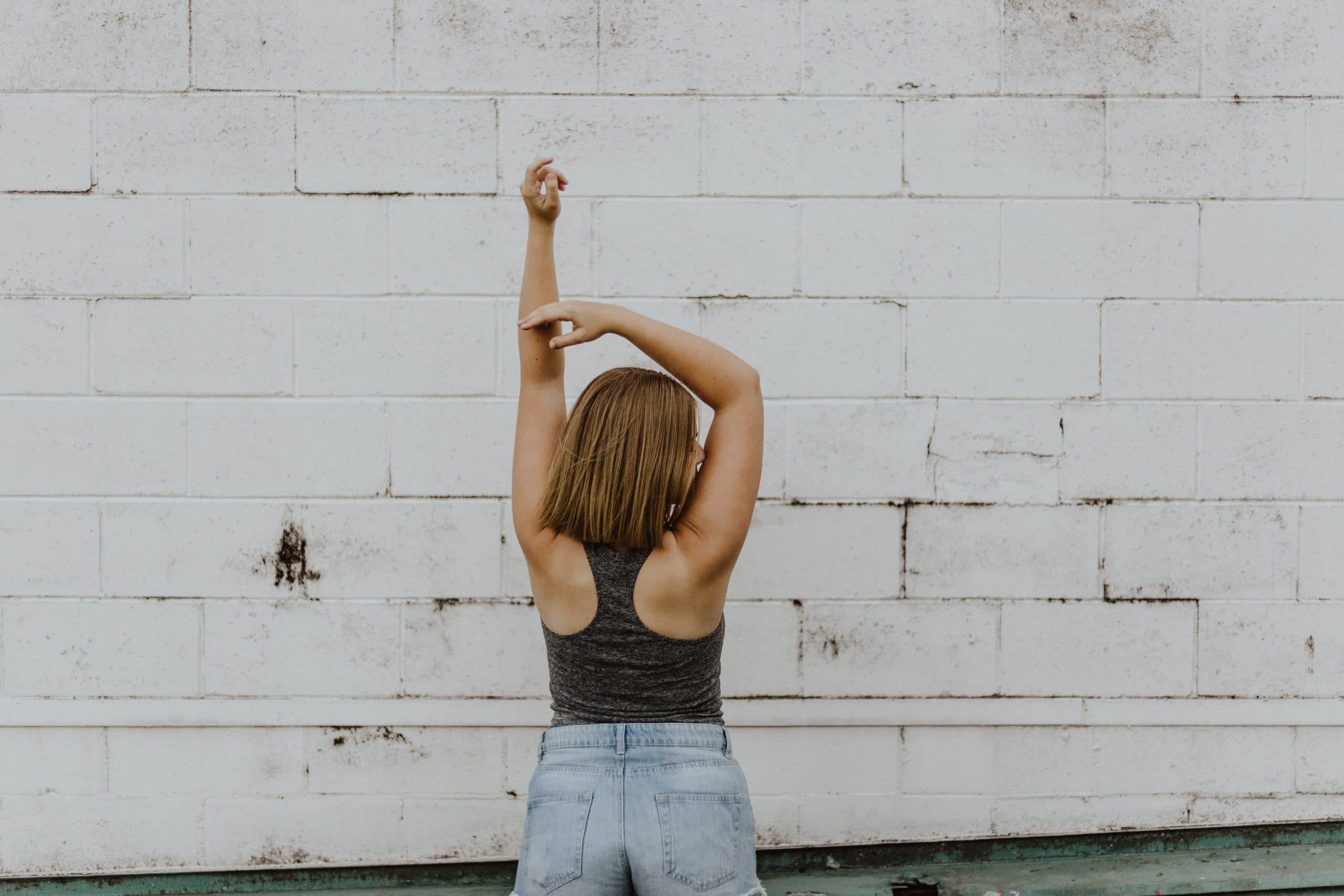 Mulher de costas com braços para cima