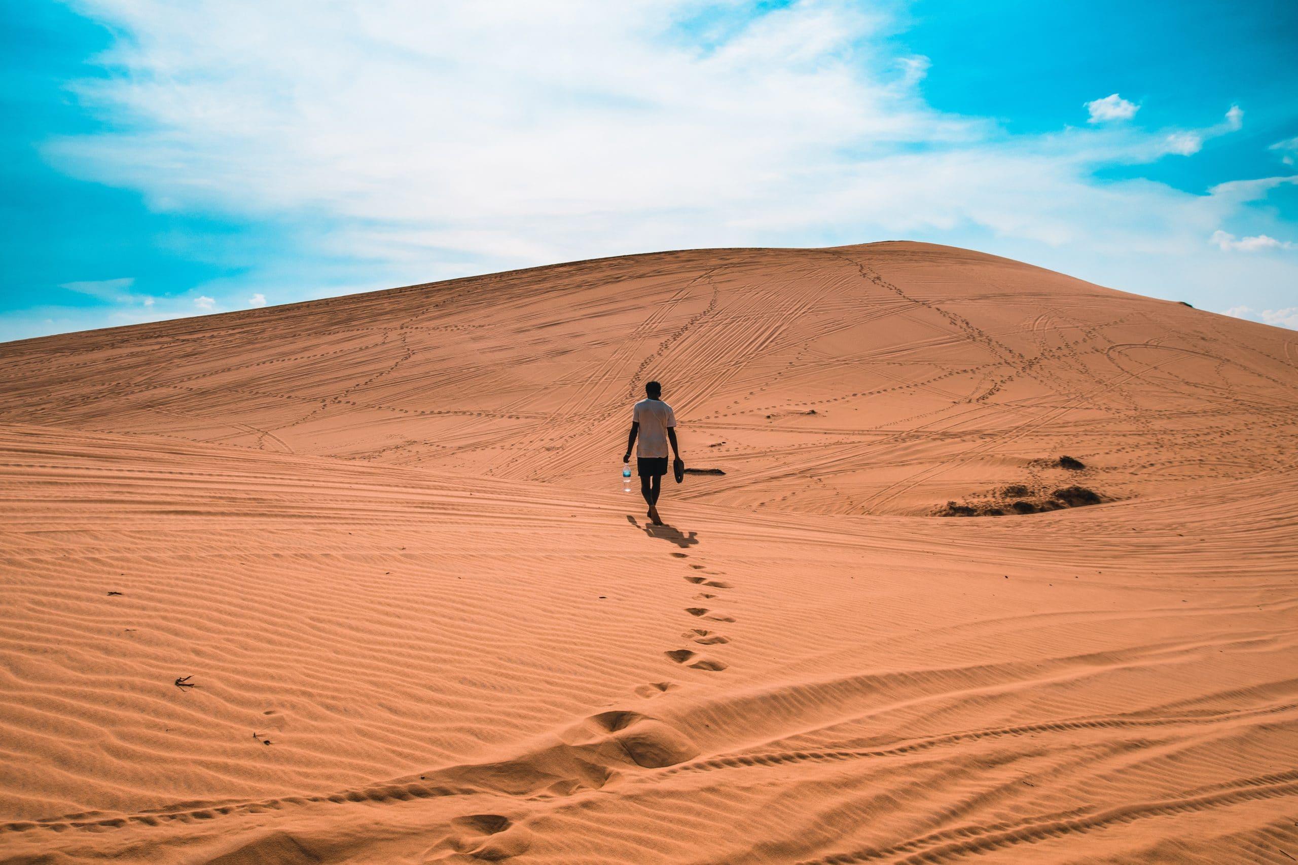 Homem caminhando em deserto