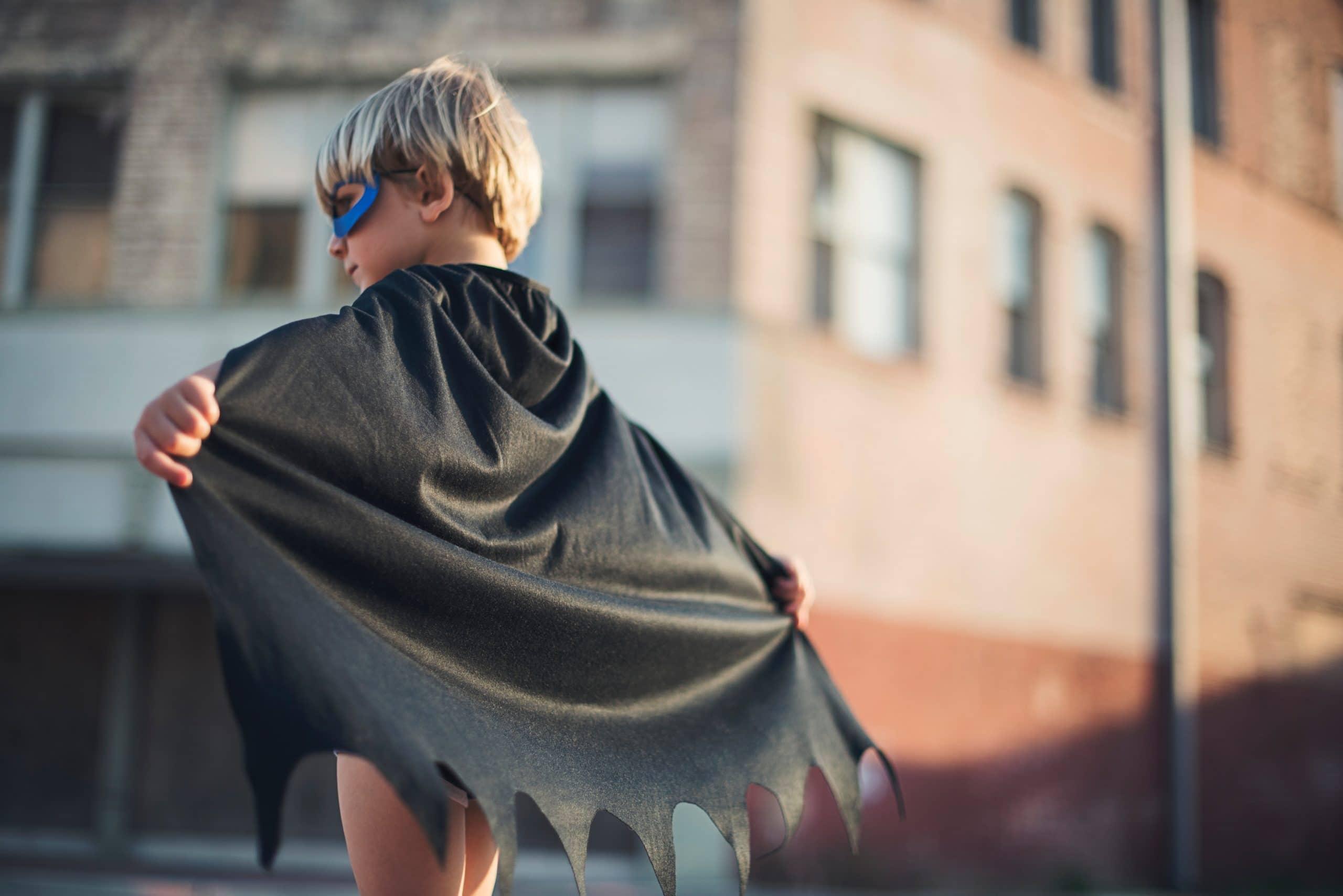 Menino usando capa de Batman