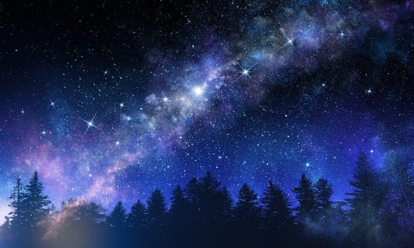 Imagem de um céu escuro todo estrelado.