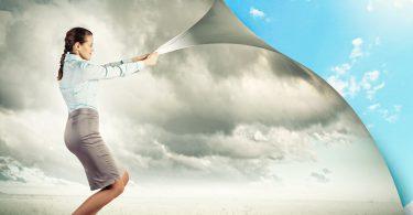Mulher transformando paisagem de tempestade em céu azul.