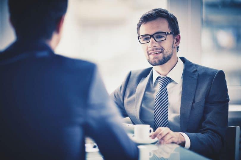 Homem em foco de social com café