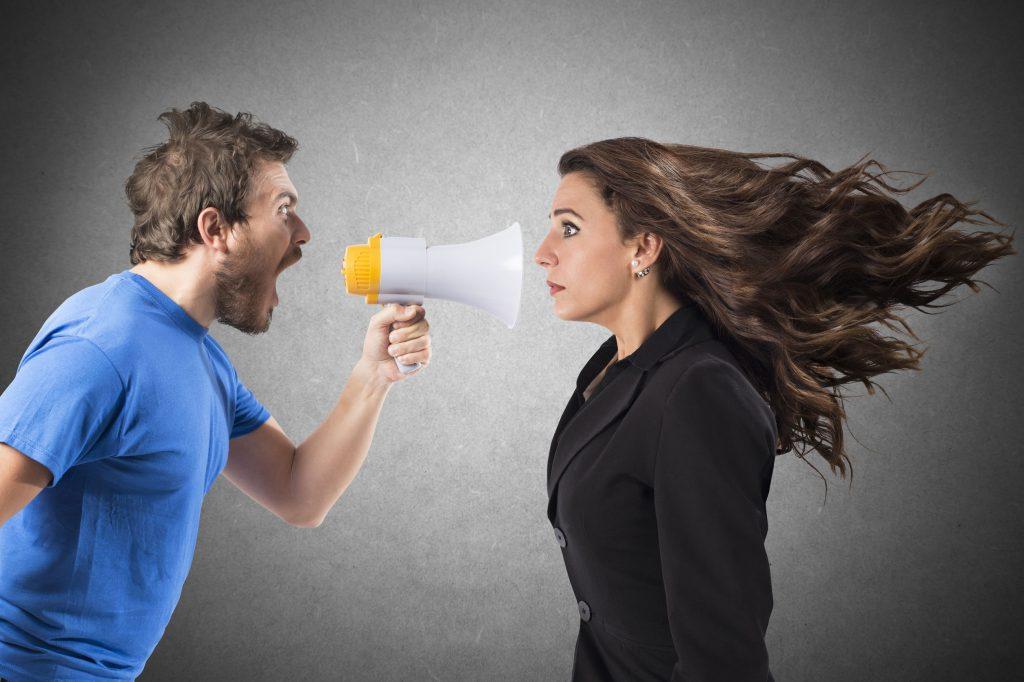 Homem gritando com mulher