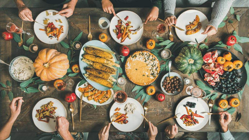 Mesa de almoço com refeição saudável