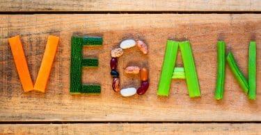 """Palavra """"vegan"""" formada por vegetais e oleaginosas."""